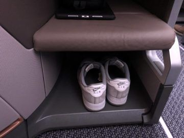 singapore airlines regional business class a350 900 schuhe ablage