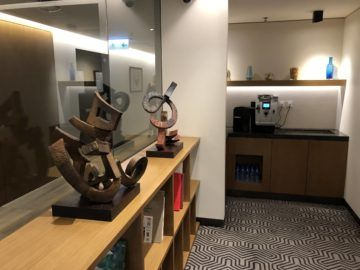 singapore airlines silverkris lounge hong kong skulpturen