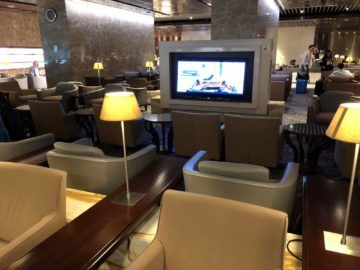 singapore airlines silverkris lounge terminal 3 sessel blick auf fernseher