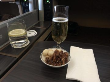 singapore airlines first class 777 champagner nuesse