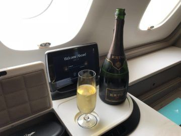 singapore airlines neue first class a380 krug champagne