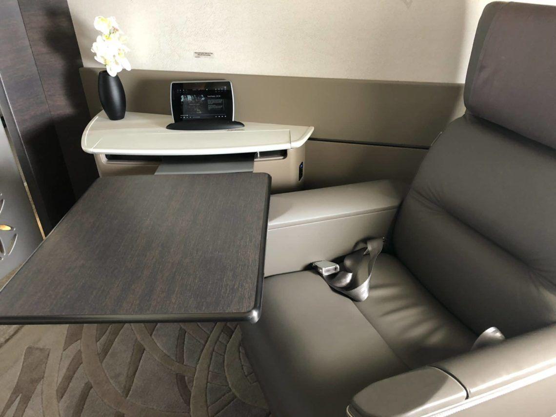 singapore airlines neue first class a380 tisch ausgefahren sitz