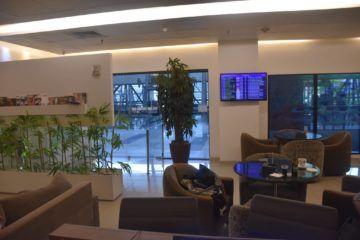 sitzbereich mit fluginformation pontestur lounge recife