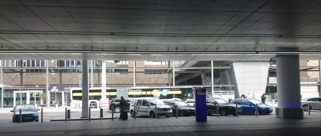 Gelber Ersatzbus, der zwischen T1 und T2 pendelt