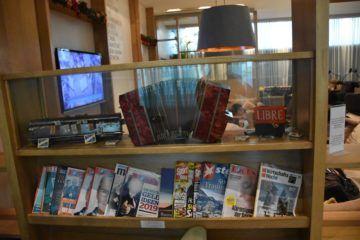 Zeitschriften im hinteren Teil der Lounge