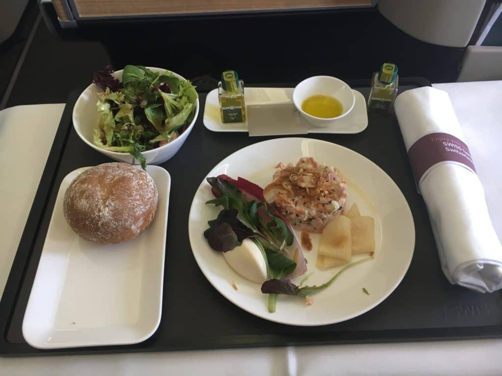 Pouletsalat mit Sesam und Sojasauce, Röstzwiebeln, Teriyaki-Mousse, marinierter Sellerie mit Miso und Birne; dazu ein grüner Salat und ein Brötchen aus dem Brotkorb