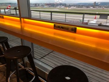 swiss business lounge zurich e gates anschluesse hocker