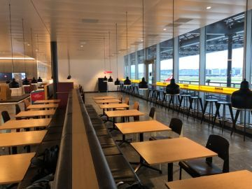 swiss business lounge zurich e gates tische hocker