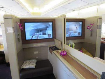 thai airways first class boeing 747 seitenablage 2
