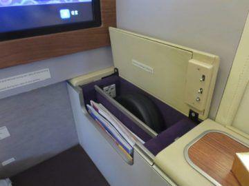 thai airways first class boeing 747 stauraum 1
