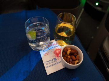 united airlines business class boeing 787 10 nuesse getraenke 1