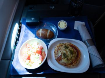 united airlines business class boeing 787 10 pizza salat 1