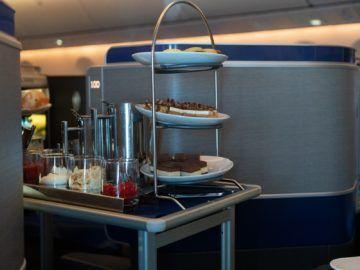 united airlines business class boeing 787 10 rollwagen nachtisch 1