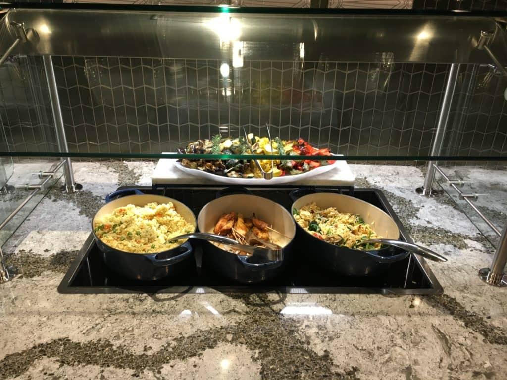United Polaris Lounge LAX - Reispfannen, Satay-Spieße und gegrilltes Gemüse