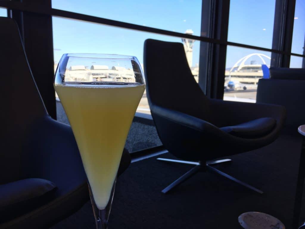 Passionsfrucht-Drink mit Blick aufs Vorfeld - So lässt es sich aushalten