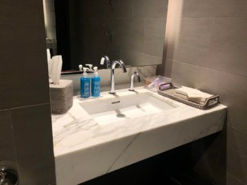 united polaris lounge newark nyc waschbecken toilette