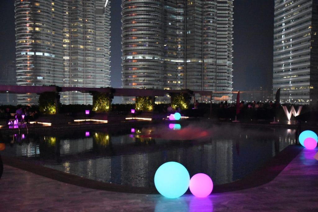 Poolbereich des W Kuala Lumpur am Abend